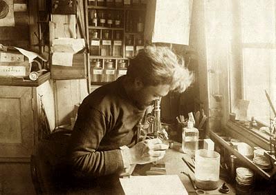 Emile Racovitza aan het werk in zijn laboratrium